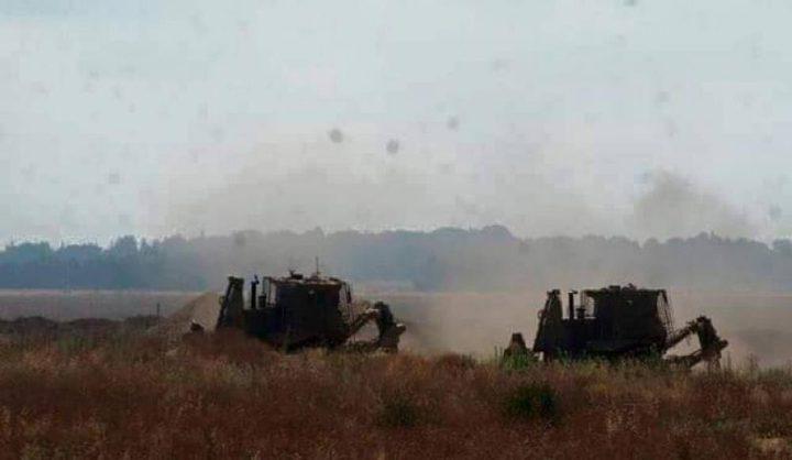 آليات الاحتلال تجرّف أراضٍ زراعية شرق خان يونس