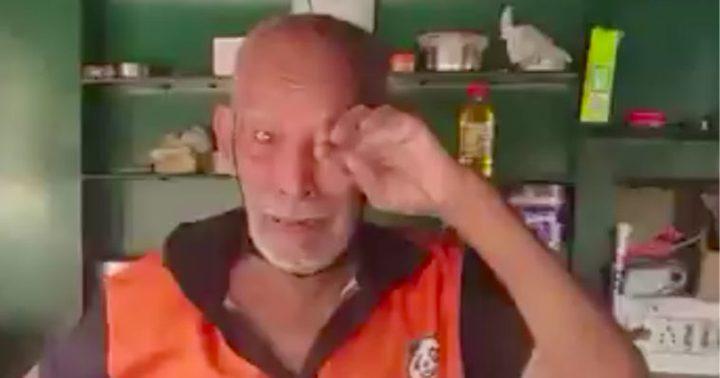 شاهد عجوز هندي يبكي بعد تأثر مطعمه بسبب كورونا