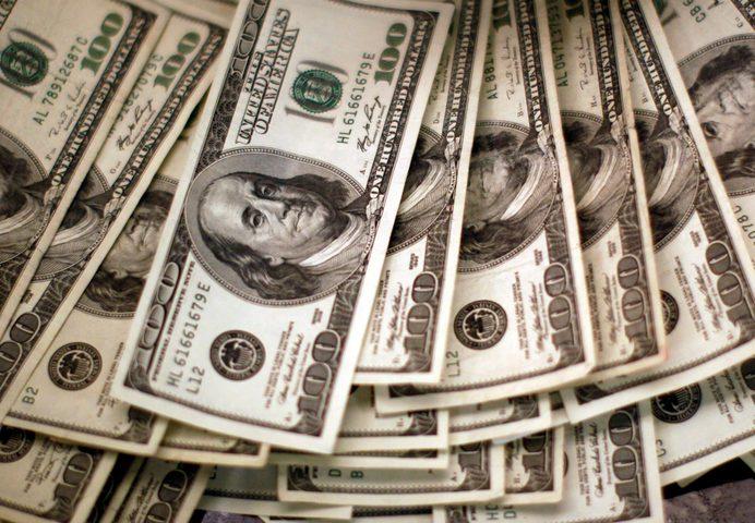 الدولار  يتمسك بمكاسبه مقابل معظم العملات