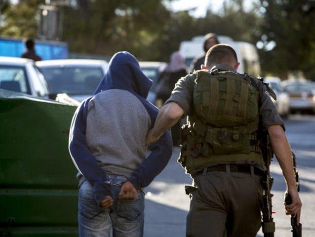 الاحتلال يعتقل ثلاثة مواطنين بينهم شقيقان جنوب الخليل
