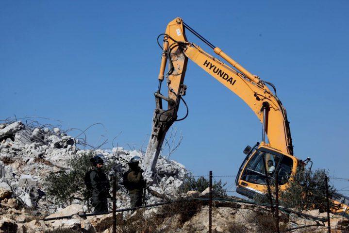 الاحتلال يهدم منزلا ومنشآت زراعية في الخليل