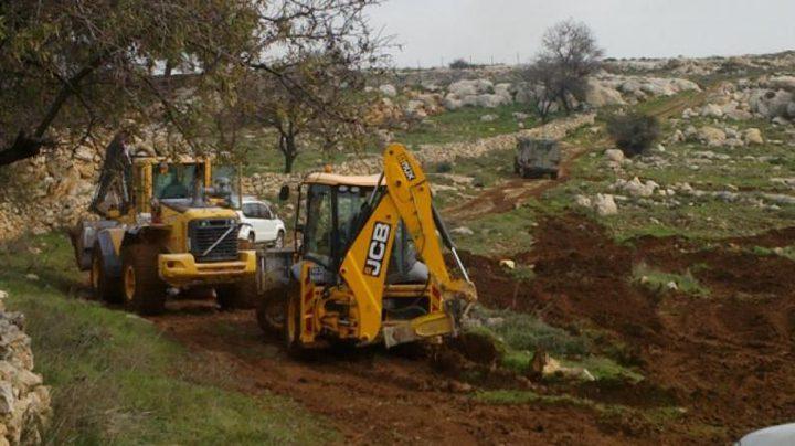 مستوطنون يجرفون أراضي في عوريف جنوب نابلس