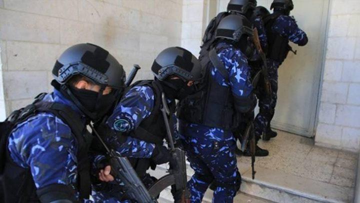 القبض على مشتبه به بقضايا سرقة وتهديد بنابلس