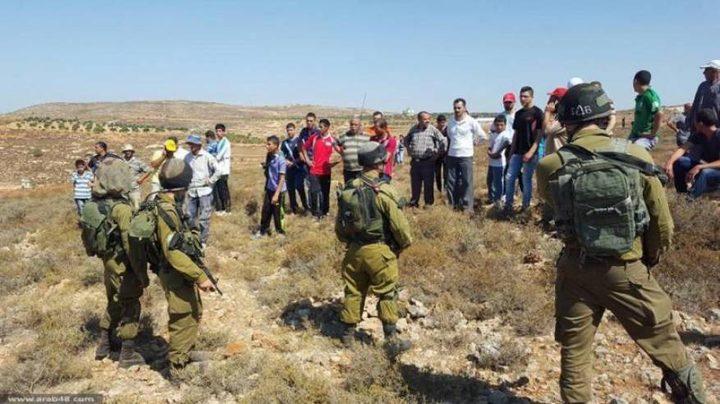مستوطنون يطردون المزارعين من أراضيهم شرق نابلس