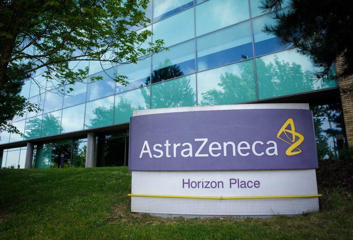 """إدارة الغذاء والدواء توافق على استكمال تجارب لقاح """"أسترازينيكا"""""""