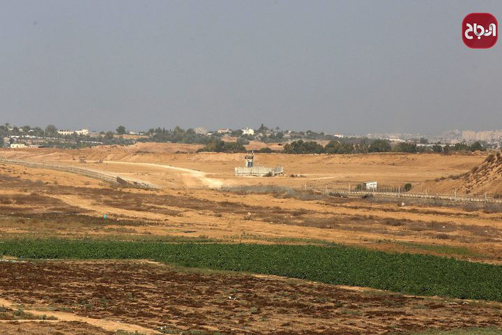 مزارعون من قطاع غزة يعملون في حقولهم وسط تواجد لجرافات الاحتلال