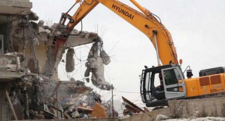 الاحتلال يهدم منزلا ويستولي على معدات للبناء في بلدة الخضر