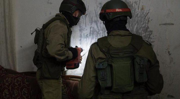 الاحتلال يغلق غرفة في منزل الأسير نظمي أبو بكر من جنين بالإسمنت