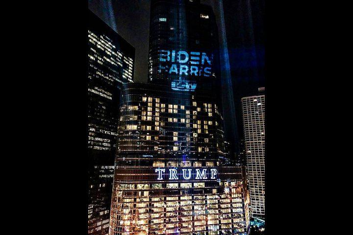 شيكاغو.. اسم بايدن يسطع على برج منافسه ترامب !