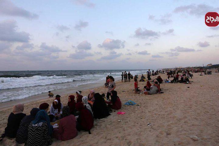 مواطنون يستمتعون على شاطىء دير البلح وسط قطاع غزة
