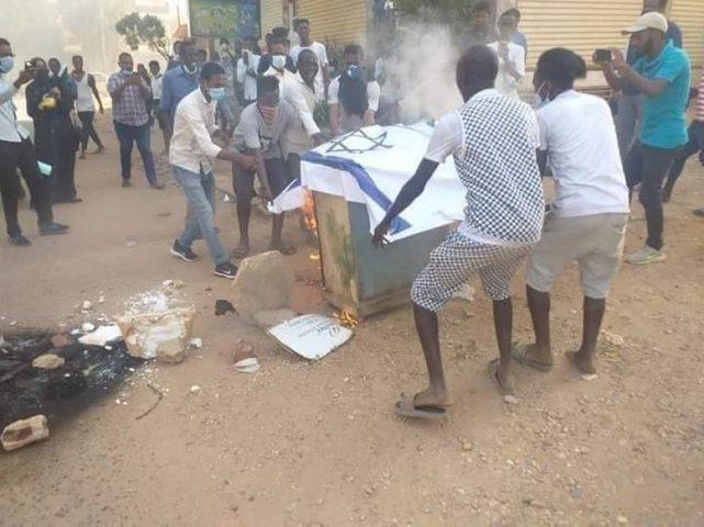 الخرطوم: شبان غاضبون يحرقون علم إسرائيل