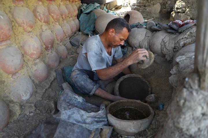 صناعة الفخار في قرية نزلة بمصر تصوير (شينخوا)