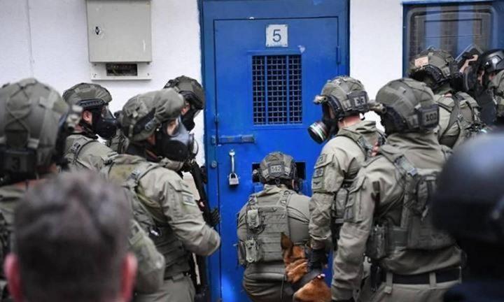 قوات الاحتلال تقتحم سجن عوفر