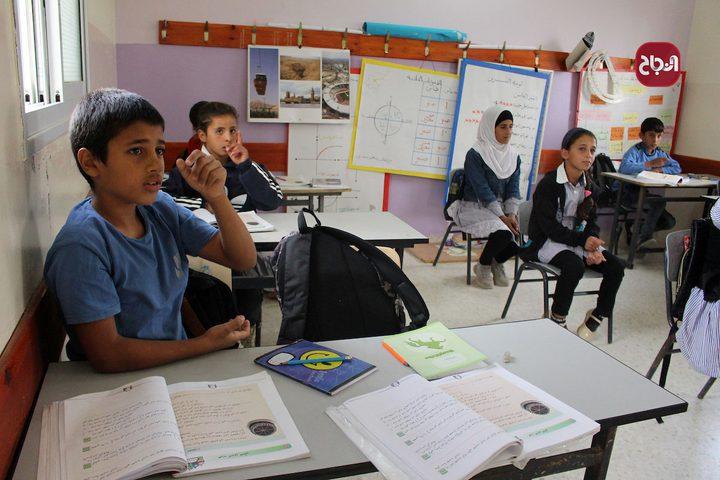 طلاب قرية الفخيت الواقعة جنوب الخليل في مدرستهم المهددة بالهدم من قبل الاحتلال
