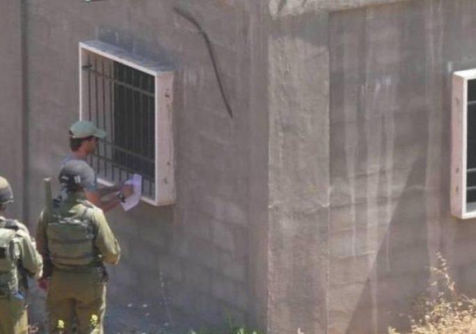 بيت لحم: الاحتلال يخطر في ثلاثة منازل ببلدة الخضر