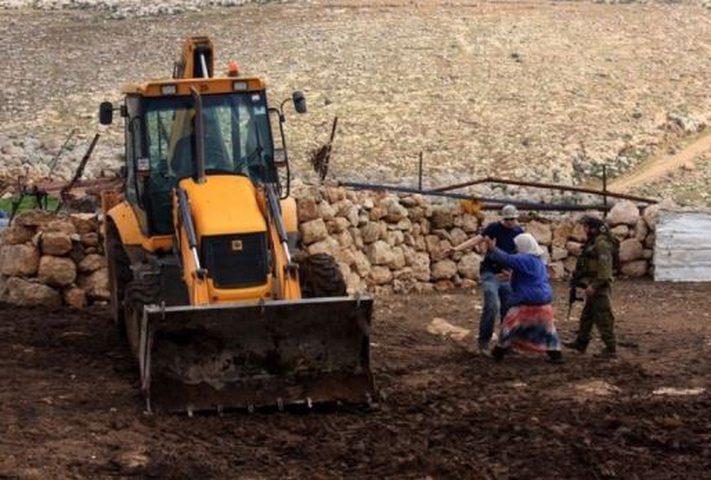 قوات الاحتلال تستولي على جرار زراعي شرق بلدة يطا