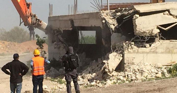 """قوات الاحتلال تهدم منزلا في تجمع """"واد أبو هندي"""" البدوي بالقدس"""