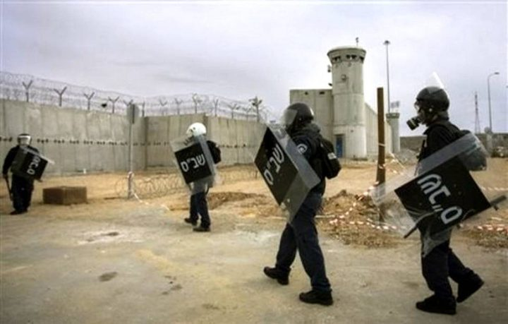 الأسرى يغلقون سجن جلبوع بالكامل بعد اقتحامه والتنكيل بهم