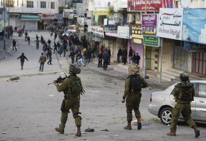 اندلاع مواجهات بين المواطنين وقوات الاحتلال وسط الخليل