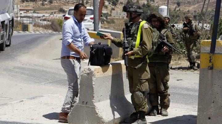 الاحتلال ينصب حواجز عسكرية في الخليل ويفتش منازل المواطنين