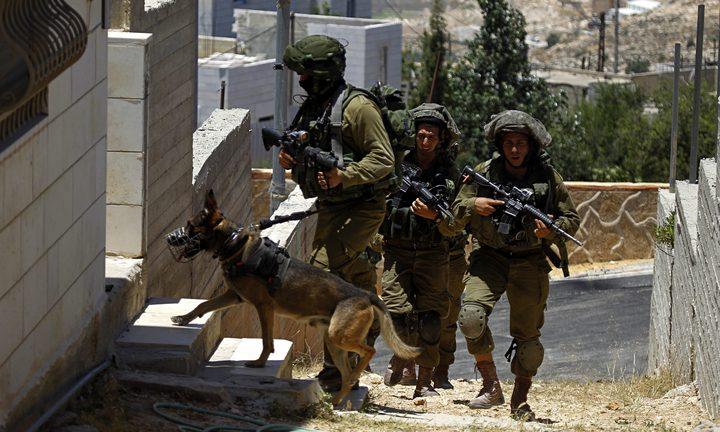 مداهمة عدد من منازل المواطنين في عناتا شمال شرق القدس