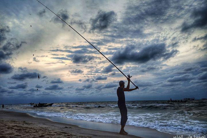 الصيد بالصنارة في بحر رفح جنوب قطاع غزة  تصوير: هاني الشاعر