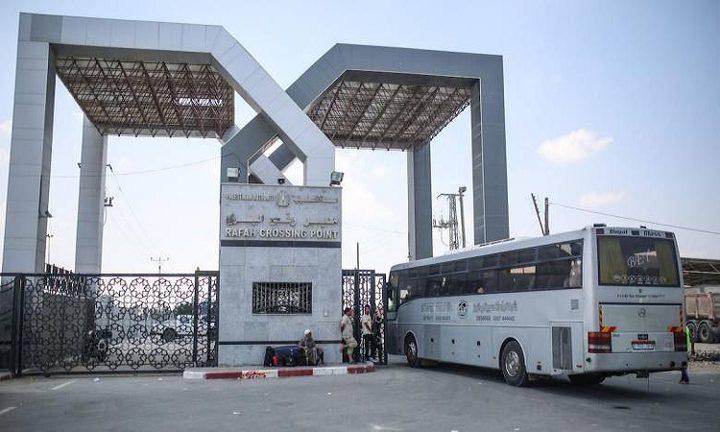 بدء مغادرة حافلات المسافرين عبر معبر رفح