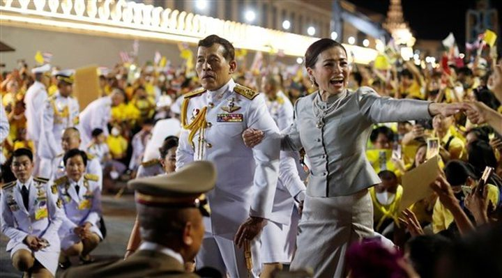 آلاف التايلانديين يتظاهرون دعما للملك