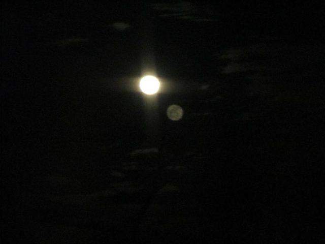 علماء يعثرون على توأم القمر المفقود