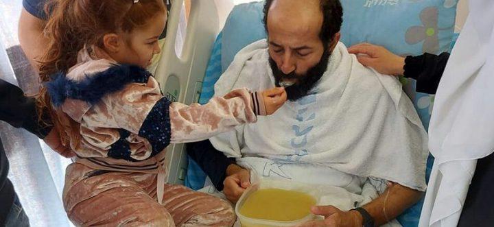 شاهد طفلة الأسير الأخرس تطعمه بعد إنهاء إضرابه عن الطعام