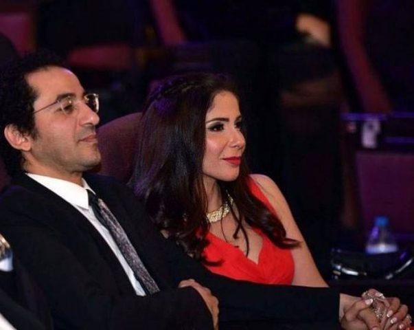"""أحمد حلمي يسخر من زوجته منى زكي بسبب """"الحلويات"""""""