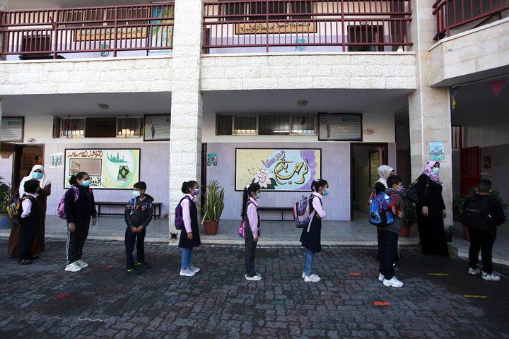 طلاب يلتزمون باجراءات السلامة في مدارس غزة