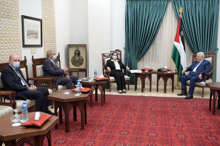 الرئيس عباس يستقبل وزيرة الصحة ويطلع على تطورات الحالة الوبائية