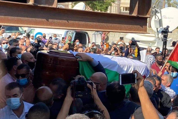 جماهير غفيرة تشيّع جثمان د.صائب عريقات