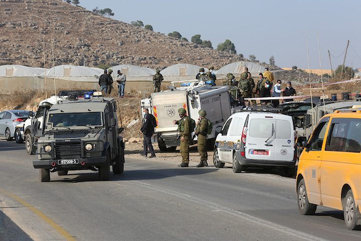 الاحتلال يمنع المواطنين من المرور عبر حاجز بيت فوريك