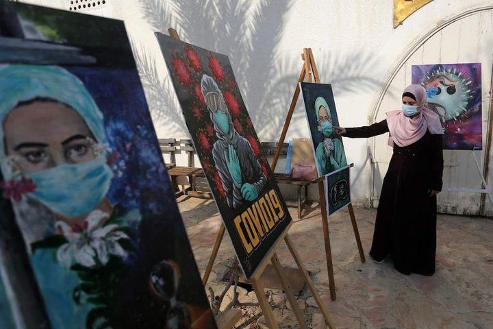 فنانون فلسطينيون يحضرون معرضا بعنوان كورونا والفن نظمته قرية الفنون والحرف بغزة