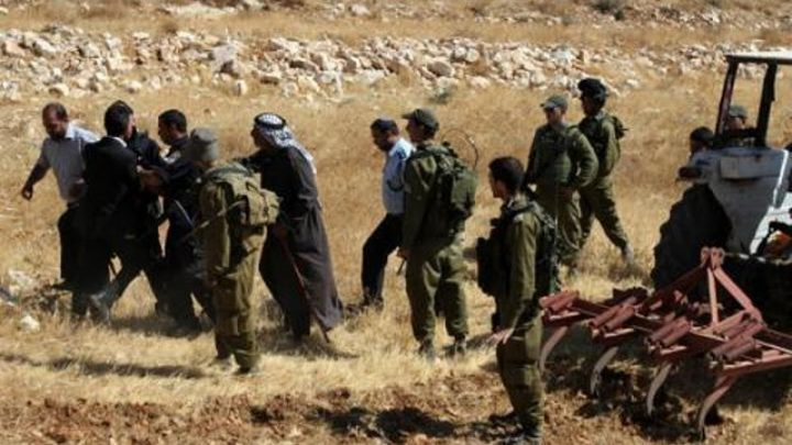 الخليل: الاحتلال يجبر عائلة على مغادرة أرضها تحت تهديد السلاح