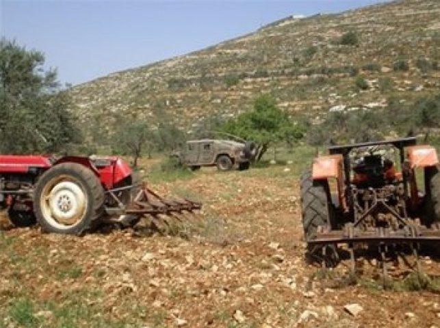 الاحتلال يحتجز أربعة جرارات زراعية في الأغوار الشمالية
