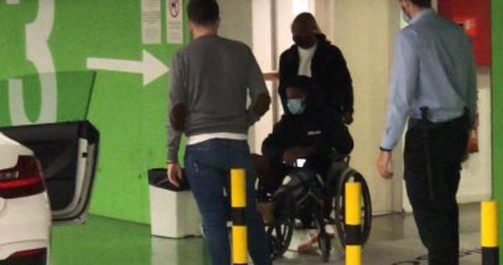 انسو فاتي يغادر المشفى على كرسي متحرك