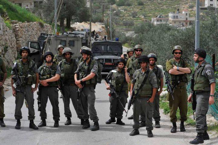 الاحتلال يعتقل مواطنين ويستدعي آخر في الخليل