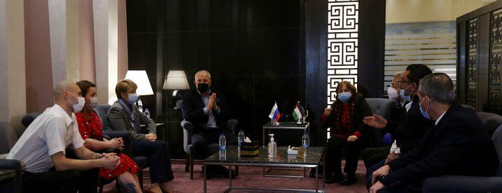 فلسطين تستقبل وفدا طبيا روسيا متخصصا بعلاج مرضى فيروس كورونا