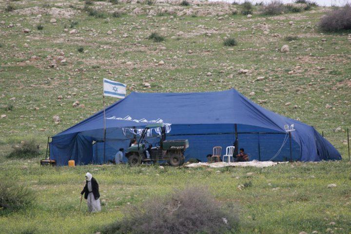 مستوطنون ينصبون خيمة في أراضي المواطنين غرب بيت لحم