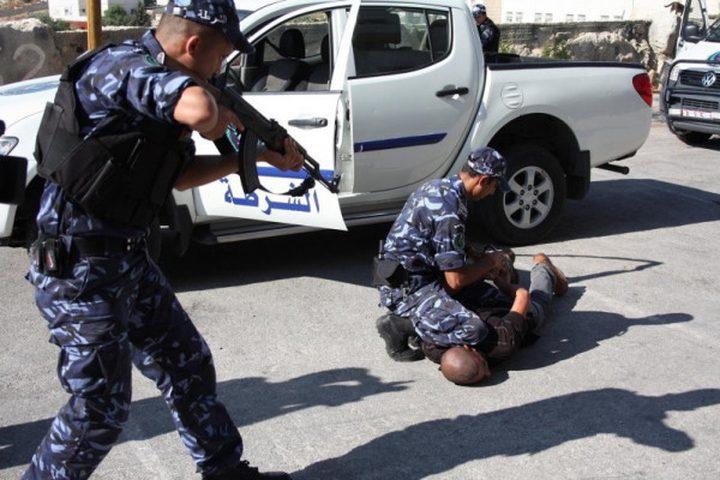 القبض على مطلوبين للعدالة وضبط مركبات مخالفة بنابلس