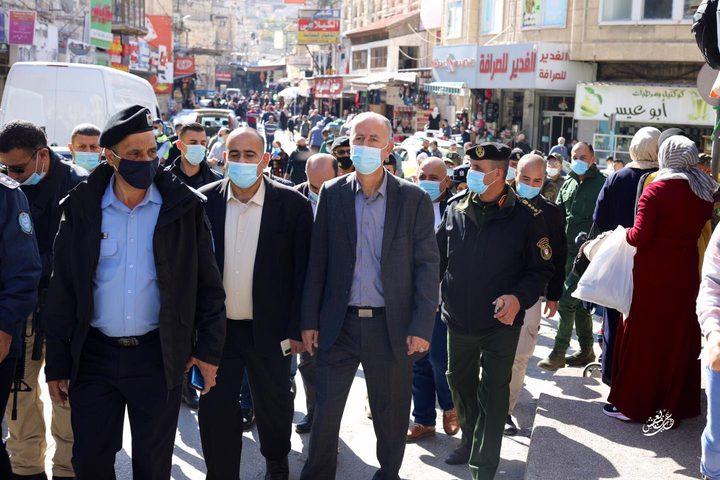 جولة قادة الأجهزة الامنية في وسط مدينة نابلس للوقوف على تطبيق البروتوكول الصحي وحث المواطنين على اتخاذ سبل الوقاية