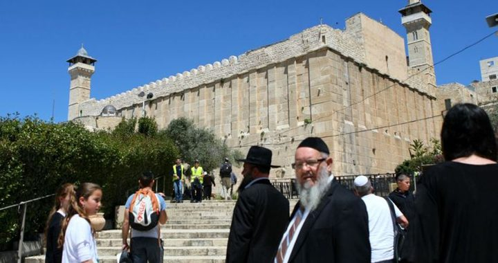 """مستوطنون يضعون """"شمعدانا"""" على سطح الحرم الابراهيمي في الخليل"""