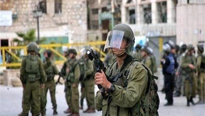 قوات الاحتلال تنصب حواجز عسكرية وتصور مساكن بالخليل