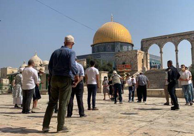 مستوطنون يقتحمون المسجد الأقصى والاحتلال يبعد موظفاً وحارساً