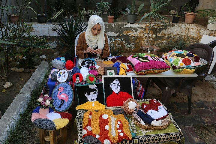 """ايه المغاري من غزة تستخدم """"الصوف"""" للإبداع في تشكيل لوحاتٍ فنية"""