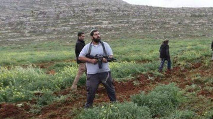 مستوطنون يحرثون أراض جنوب نابلس