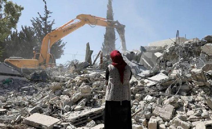 آليات الاحتلال تهدم منزلاً في اللد